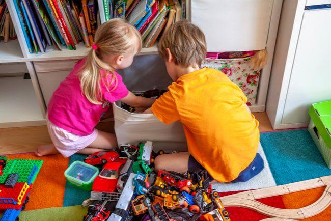 Barn städar undan leksaker
