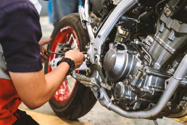 Man reparerar motorcykel