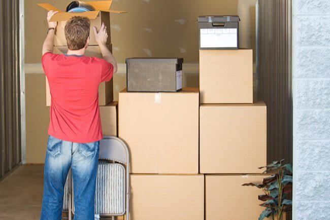 Man förvarar möbler och andra föremål i ett förråd
