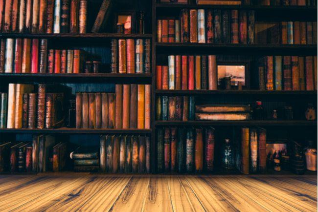 böcker som står i en bokhylla