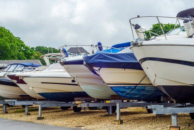 båtar uppradade på strand